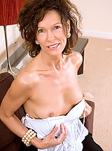 Sultry cougar milf gets totally naked and shows off her moist pink juice box